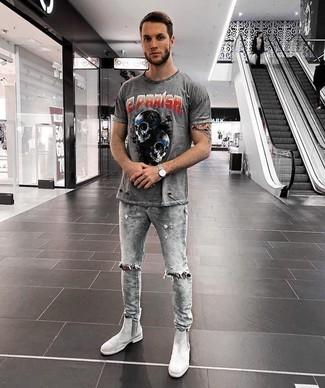 Wie kombinieren: graues bedrucktes T-Shirt mit einem Rundhalsausschnitt, graue enge Jeans mit Destroyed-Effekten, graue Chelsea-Stiefel aus Wildleder, silberne Uhr