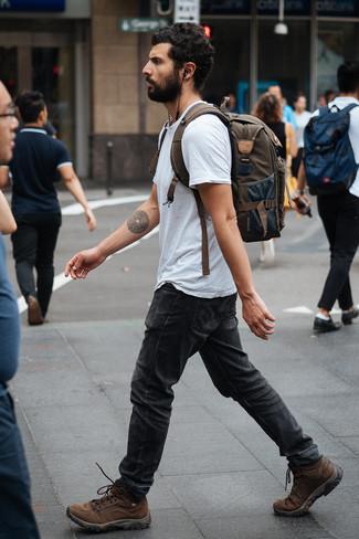 Wie kombinieren: graues T-Shirt mit einem Rundhalsausschnitt, dunkelgraue Jeans, braune Lederarbeitsstiefel, olivgrüner Segeltuch Rucksack