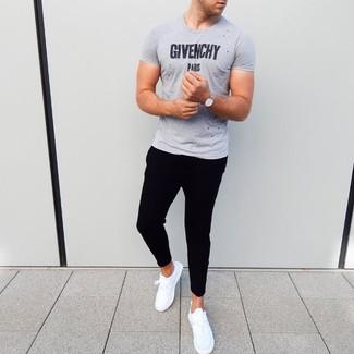 Wie kombinieren: graues bedrucktes T-Shirt mit einem Rundhalsausschnitt, schwarze Jogginghose, weiße Sportschuhe, silberne Uhr