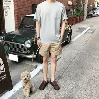 Smart-Casual heiß Wetter Outfits Herren 2021: Tragen Sie ein graues T-Shirt mit einem Rundhalsausschnitt und beige Shorts für ein großartiges Wochenend-Outfit. Fühlen Sie sich mutig? Wählen Sie dunkelbraunen Leder Slipper.