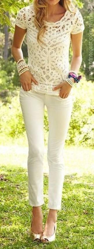 Wie kombinieren: hellbeige Spitze T-Shirt mit einem Rundhalsausschnitt, weiße enge Jeans, goldene Leder Pumps mit Ausschnitten, hellbeige Armband