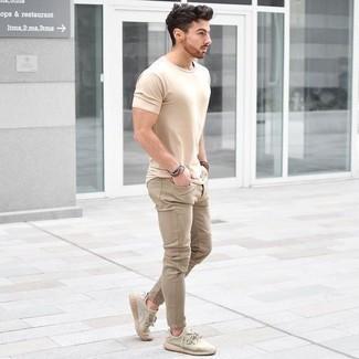 Herren Outfits & Modetrends 2020: Erwägen Sie das Tragen von einem hellbeige T-Shirt mit einem Rundhalsausschnitt und beige Jeans für ein Alltagsoutfit, das Charakter und Persönlichkeit ausstrahlt. Fühlen Sie sich mutig? Komplettieren Sie Ihr Outfit mit hellbeige Sportschuhen.