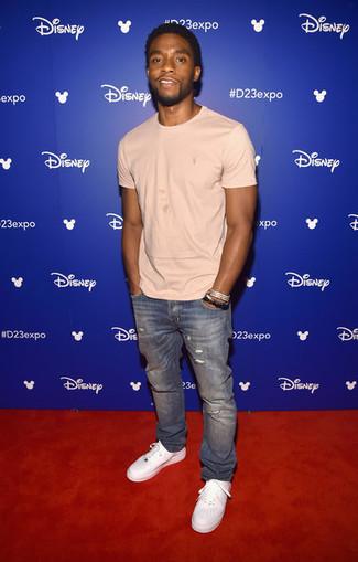Wie kombinieren: hellbeige T-Shirt mit einem Rundhalsausschnitt, blaue Jeans mit Destroyed-Effekten, weiße Leder niedrige Sneakers, silbernes Armband