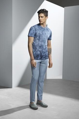 Braunes Lederarmband kombinieren: trends 2020: Tragen Sie ein hellblaues Mit Batikmuster T-Shirt mit einem Rundhalsausschnitt und ein braunes Lederarmband für einen entspannten Wochenend-Look. Fügen Sie grauen Slip-On Sneakers aus Leder für ein unmittelbares Style-Upgrade zu Ihrem Look hinzu.