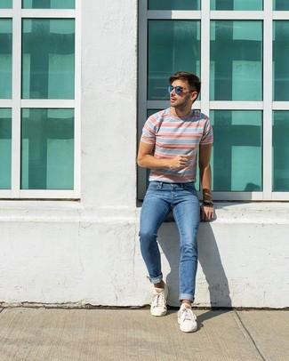 Wie kombinieren: hellblaues horizontal gestreiftes T-Shirt mit einem Rundhalsausschnitt, blaue Jeans, weiße niedrige Sneakers, blaue Sonnenbrille