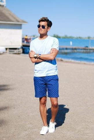 Ein hellblaues T-Shirt mit einem Rundhalsausschnitt und blaue gepunktete Shorts sind eine perfekte Wochenend-Kombination. Ergänzen Sie Ihr Look mit weißen niedrigen sneakers.