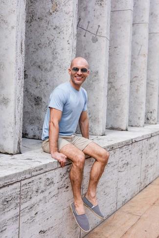 Wie kombinieren: hellblaues T-Shirt mit einem Rundhalsausschnitt, hellbeige Shorts, dunkelblaue und weiße Segeltuch Espadrilles, dunkelgraue Sonnenbrille
