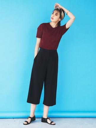 Wie kombinieren: dunkelrotes T-Shirt mit einem Rundhalsausschnitt, schwarzer Hosenrock, schwarze flache Sandalen aus Leder, hellbeige Bandana