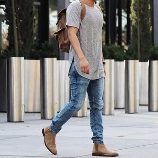 Herren Outfits 2021: Vereinigen Sie ein graues T-Shirt mit einem Rundhalsausschnitt mit blauen Jeans für ein großartiges Wochenend-Outfit. Fühlen Sie sich mutig? Entscheiden Sie sich für beige Chelsea Boots aus Wildleder.