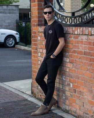 20 Jährige: Schwarzes T-Shirt mit einem Rundhalsausschnitt kombinieren – 943+ Herren Outfits: Kombinieren Sie ein schwarzes T-Shirt mit einem Rundhalsausschnitt mit schwarzen Jeans für einen bequemen Alltags-Look. Wählen Sie braunen Chelsea Boots aus Wildleder, um Ihr Modebewusstsein zu zeigen.