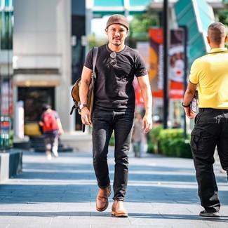 Wie kombinieren: schwarzes T-Shirt mit einem Rundhalsausschnitt, schwarze Jeans, beige Chelsea-Stiefel aus Leder, brauner Segeltuch Rucksack