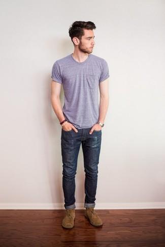 Dunkelgraue Jeans kombinieren für heiß Wetter: trends 2020: Kombinieren Sie ein hellviolettes T-Shirt mit einem Rundhalsausschnitt mit dunkelgrauen Jeans für ein Alltagsoutfit, das Charakter und Persönlichkeit ausstrahlt. Fühlen Sie sich ideenreich? Wählen Sie beige Chukka-Stiefel aus Wildleder.