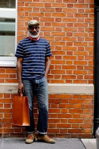 Wie kombinieren: dunkelblaues und weißes horizontal gestreiftes T-Shirt mit einem Rundhalsausschnitt, dunkelblaue Jeans, olivgrüne Chukka-Stiefel aus Wildleder, rotbraune Shopper Tasche aus Leder