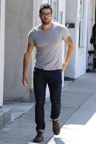 Graues T-Shirt mit einem Rundhalsausschnitt kombinieren: trends 2020: Vereinigen Sie ein graues T-Shirt mit einem Rundhalsausschnitt mit dunkelblauen Jeans für ein Alltagsoutfit, das Charakter und Persönlichkeit ausstrahlt. Fühlen Sie sich ideenreich? Wählen Sie braunen Chukka-Stiefel aus Leder.