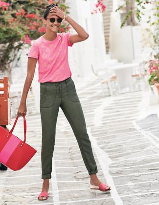 Wie kombinieren: fuchsia bedrucktes T-Shirt mit einem Rundhalsausschnitt, olivgrüne Jeans, fuchsia flache Sandalen aus Wildleder, rote Shopper Tasche aus Leder