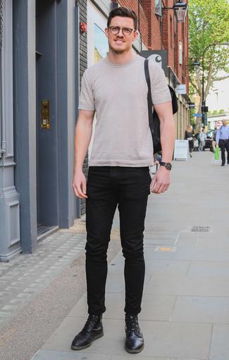 Hellbeige T-Shirt mit einem Rundhalsausschnitt kombinieren: trends 2020: Kombinieren Sie ein hellbeige T-Shirt mit einem Rundhalsausschnitt mit schwarzen Jeans, um einen lockeren, aber dennoch stylischen Look zu erhalten. Fügen Sie eine schwarze Lederfreizeitstiefel für ein unmittelbares Style-Upgrade zu Ihrem Look hinzu.