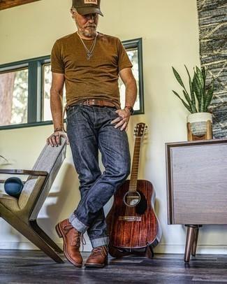 50 Jährige: Outfits Herren 2021: Kombinieren Sie ein braunes T-Shirt mit einem Rundhalsausschnitt mit dunkelblauen Jeans für ein großartiges Wochenend-Outfit. Heben Sie dieses Ensemble mit einer braunen Lederfreizeitstiefeln hervor.