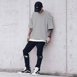 Wie kombinieren: weißes und schwarzes horizontal gestreiftes T-Shirt mit einem Rundhalsausschnitt, schwarze Jeans mit Destroyed-Effekten, schwarze und weiße hohe Sneakers, schwarze Baseballkappe