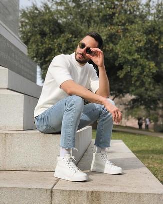 Wie kombinieren: weißes Strick T-Shirt mit einem Rundhalsausschnitt, hellblaue Jeans, weiße hohe Sneakers aus Leder, olivgrüne Sonnenbrille