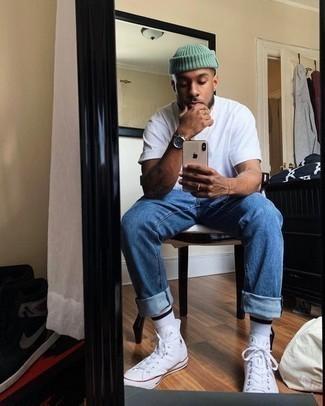 Jeans kombinieren – 500+ Herren Outfits: Kombinieren Sie ein weißes T-Shirt mit einem Rundhalsausschnitt mit Jeans, um einen lockeren, aber dennoch stylischen Look zu erhalten. Warum kombinieren Sie Ihr Outfit für einen legereren Auftritt nicht mal mit weißen hohen Sneakers aus Segeltuch?