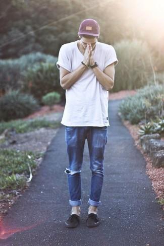 Wie kombinieren: weißes T-Shirt mit einem Rundhalsausschnitt, dunkelblaue Jeans mit Destroyed-Effekten, dunkelbraune Leinenschuhe, lila Baseballkappe