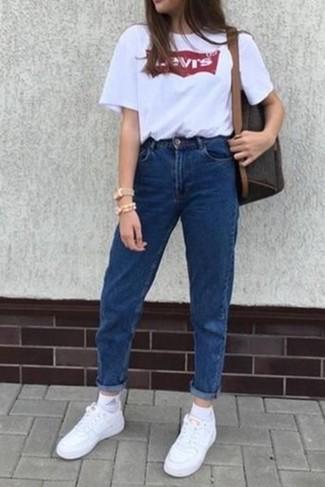 Wie kombinieren: weißes und rotes bedrucktes T-Shirt mit einem Rundhalsausschnitt, blaue Jeans, weiße Leder niedrige Sneakers, dunkelbrauner Leder Rucksack