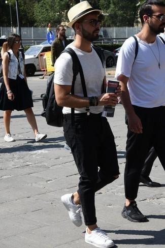Schwarzen Rucksack kombinieren: trends 2020: Tragen Sie ein weißes T-Shirt mit einem Rundhalsausschnitt und einen schwarzen Rucksack für einen entspannten Wochenend-Look. Ergänzen Sie Ihr Outfit mit weißen Leder niedrigen Sneakers, um Ihr Modebewusstsein zu zeigen.
