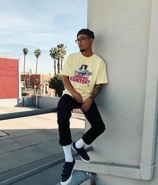 Schwarze niedrige Sneakers kombinieren: trends 2020: Kombinieren Sie ein gelbes bedrucktes T-Shirt mit einem Rundhalsausschnitt mit schwarzen Jeans für einen entspannten Wochenend-Look. Schwarze niedrige Sneakers sind eine großartige Wahl, um dieses Outfit zu vervollständigen.