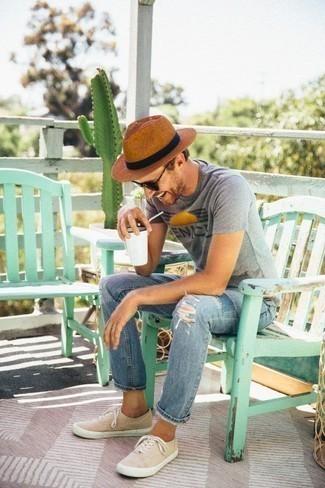 Graues bedrucktes T-Shirt mit einem Rundhalsausschnitt kombinieren: trends 2020: Ein graues bedrucktes T-Shirt mit einem Rundhalsausschnitt und hellblaue Jeans mit Destroyed-Effekten sind das Outfit Ihrer Wahl für faule Tage. Schalten Sie Ihren Kleidungsbestienmodus an und machen hellbeige Segeltuch niedrige Sneakers zu Ihrer Schuhwerkwahl.