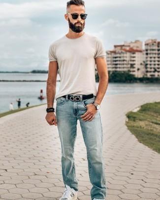 Hellblaue Jeans kombinieren – 139 Herren Outfits heiß Wetter: Kombinieren Sie ein weißes T-Shirt mit einem Rundhalsausschnitt mit hellblauen Jeans, um einen lockeren, aber dennoch stylischen Look zu erhalten. Ergänzen Sie Ihr Look mit weißen und schwarzen Leder niedrigen Sneakers.
