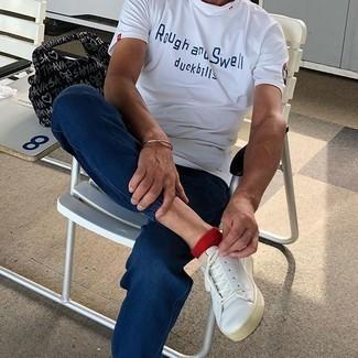 Weiße Leder niedrige Sneakers kombinieren – 1200+ Herren Outfits: Für ein bequemes Couch-Outfit, tragen Sie ein weißes und dunkelblaues bedrucktes T-Shirt mit einem Rundhalsausschnitt und dunkelblauen Jeans. Ergänzen Sie Ihr Look mit weißen Leder niedrigen Sneakers.