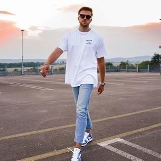 T-Shirt mit einem Rundhalsausschnitt kombinieren – 500+ Herren Outfits: Ein T-Shirt mit einem Rundhalsausschnitt und hellblaue Jeans sind eine großartige Outfit-Formel für Ihre Sammlung. Vervollständigen Sie Ihr Look mit weißen und blauen Leder niedrigen Sneakers.