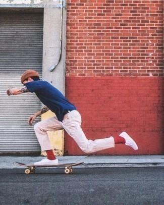 Rote Socken kombinieren – 500+ Herren Outfits: Für ein bequemes Couch-Outfit, kombinieren Sie ein dunkelblaues T-Shirt mit einem Rundhalsausschnitt mit roten Socken. Setzen Sie bei den Schuhen auf die klassische Variante mit weißen Segeltuch niedrigen Sneakers.