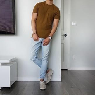 Hellblaue Jeans mit Destroyed-Effekten kombinieren – 500+ Herren Outfits: Ein braunes T-Shirt mit einem Rundhalsausschnitt und hellblaue Jeans mit Destroyed-Effekten sind eine ideale Outfit-Formel für Ihre Sammlung. Heben Sie dieses Ensemble mit hellbeige Segeltuch niedrigen Sneakers hervor.