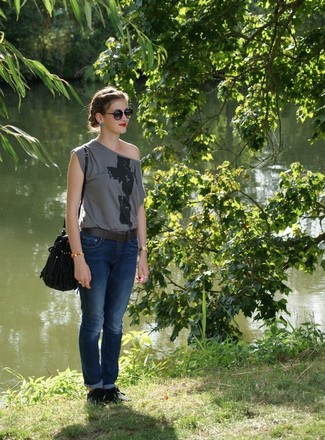 Wie kombinieren: dunkelgraues bedrucktes T-Shirt mit einem Rundhalsausschnitt, dunkelblaue Jeans, dunkelblaue Wildleder Oxford Schuhe, schwarze Leder Beuteltasche