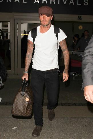 Wie kombinieren: weißes T-Shirt mit einem Rundhalsausschnitt, schwarze Jeans, dunkelbraune Wildleder Oxford Schuhe, schwarzer Rucksack