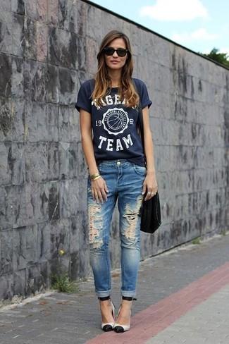 Wie kombinieren: dunkelblaues bedrucktes T-Shirt mit einem Rundhalsausschnitt, blaue Jeans mit Destroyed-Effekten, weiße und schwarze Leder Pumps, schwarze Wildleder Umhängetasche