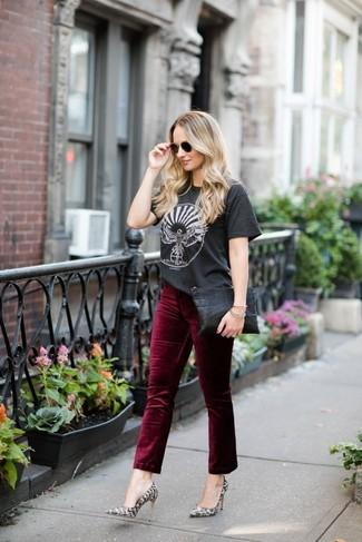 Wie kombinieren: dunkelgraues bedrucktes T-Shirt mit einem Rundhalsausschnitt, dunkelrote Samtjeans, graue Leder Pumps mit Schlangenmuster, schwarze Leder Clutch