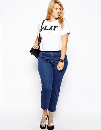 Wie kombinieren: weißes und schwarzes bedrucktes T-Shirt mit einem Rundhalsausschnitt, blaue Jeans, silberne klobige Leder Sandaletten, schwarze Leder Umhängetasche