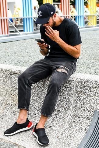 Schwarze und goldene Sonnenbrille kombinieren: trends 2020: Ein schwarzes T-Shirt mit einem Rundhalsausschnitt und eine schwarze und goldene Sonnenbrille sind das Outfit Ihrer Wahl für faule Tage. Fühlen Sie sich mutig? Ergänzen Sie Ihr Outfit mit schwarzen Slip-On Sneakers.