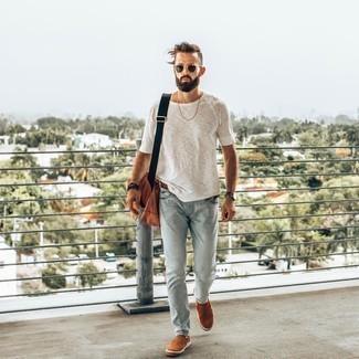 Hellblaue Jeans kombinieren – 500+ Herren Outfits: Kombinieren Sie ein weißes T-Shirt mit einem Rundhalsausschnitt mit hellblauen Jeans, um mühelos alles zu meistern, was auch immer der Tag bringen mag. Setzen Sie bei den Schuhen auf die klassische Variante mit rotbraunen Slip-On Sneakers aus Wildleder.