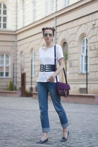 Dunkellila Leder Umhängetasche kombinieren – 37 Damen Outfits: Entscheiden Sie sich für einen zeitgenössischen Casual-Look mit einem weißen T-Shirt mit einem Rundhalsausschnitt mit Ausschnitten und einer dunkellila Leder Umhängetasche. Fühlen Sie sich ideenreich? Komplettieren Sie Ihr Outfit mit grauen Wildleder Slippern.