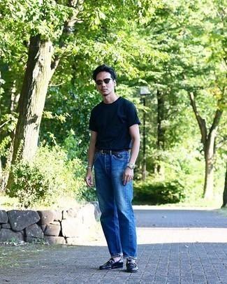 Silberne Uhr kombinieren – 428 Herren Outfits heiß Wetter: Paaren Sie ein dunkelblaues T-Shirt mit einem Rundhalsausschnitt mit einer silbernen Uhr für einen entspannten Wochenend-Look. Fühlen Sie sich mutig? Vervollständigen Sie Ihr Outfit mit dunkelblauen Leder Slippern.