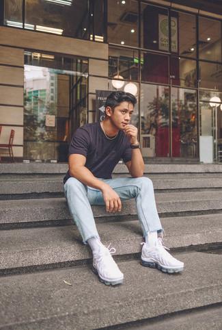 Wie kombinieren: dunkelgraues T-Shirt mit einem Rundhalsausschnitt, hellblaue Jeans, weiße Sportschuhe, schwarze Lederuhr