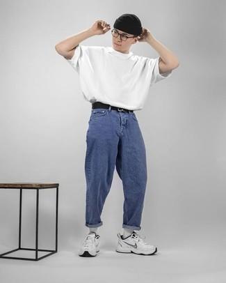 Herren Outfits & Modetrends 2020: lässige Outfits: Die Kombination von einem weißen T-Shirt mit einem Rundhalsausschnitt und blauen Jeans erlaubt es Ihnen, Ihren Freizeitstil klar und einfach zu halten. Suchen Sie nach leichtem Schuhwerk? Ergänzen Sie Ihr Outfit mit weißen Sportschuhen für den Tag.