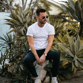 Wie kombinieren: weißes T-Shirt mit einem Rundhalsausschnitt, schwarze Jogginghose, weiße hohe Sneakers aus Segeltuch, schwarze Sonnenbrille