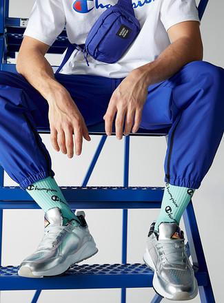 Grüne bedruckte Socken kombinieren – 4 Herren Outfits: Ein weißes und blaues bedrucktes T-Shirt mit einem Rundhalsausschnitt und grüne bedruckte Socken sind eine ideale Outfit-Formel für Ihre Sammlung. Ergänzen Sie Ihr Outfit mit silbernen Leder niedrigen Sneakers, um Ihr Modebewusstsein zu zeigen.