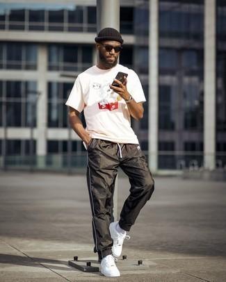Weiße Leder niedrige Sneakers kombinieren – 1200+ Herren Outfits: Für ein bequemes Couch-Outfit, kombinieren Sie ein rosa bedrucktes T-Shirt mit einem Rundhalsausschnitt mit einer schwarzen Jogginghose. Ergänzen Sie Ihr Outfit mit weißen Leder niedrigen Sneakers, um Ihr Modebewusstsein zu zeigen.