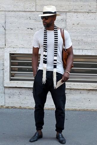 Wie kombinieren: weißes T-Shirt mit einem Rundhalsausschnitt, schwarze Jogginghose, schwarze Leder Slipper, braune Shopper Tasche aus Leder