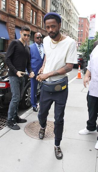 Wie kombinieren: weißes T-Shirt mit einem Rundhalsausschnitt, dunkelblaue Jogginghose, schwarze bestickte Leder Slipper, dunkelblaue Bauchtasche